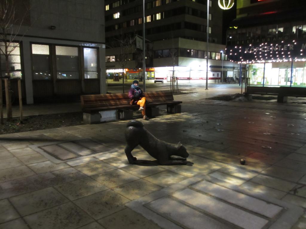"""Ljussättning av Lena Cedgrens skulptur """"Lekande hund"""" 2013"""